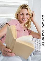 divan, livre, délassant, blond, heureux
