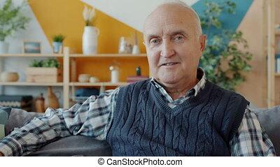 divan, séance homme, sourire, maison, regarder, vieux, portrait, appareil photo, insouciant