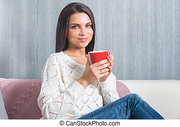 divan, sittings, grande tasse, elle, appareil photo, femme, rouges, mains, sofa, sourires, regard