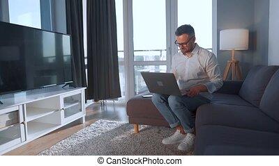 divan, utilisation, homme, confortable, salle, laptop., lunettes, séance, concept, travail, éloigné