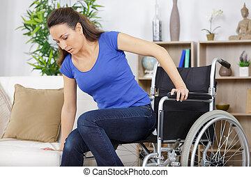 divano, carrozzella, donna, spostamento