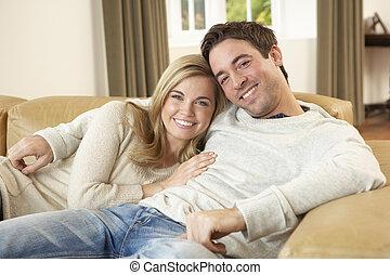 divano, coppia, giovane, rilassante, seduta