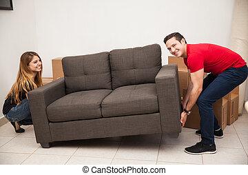 divano, coppia, spostare, tentando