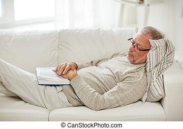 divano, in pausa, libro, casa, uomo senior