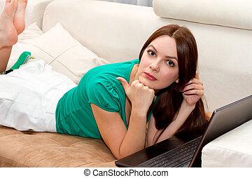 divano, laptop, donna, dire bugie, attactive