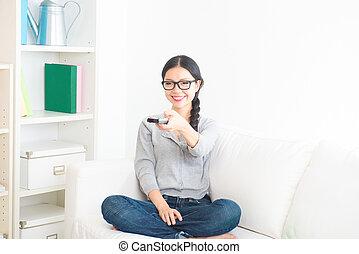 divano, televisione, ragazza asiatica, osservare