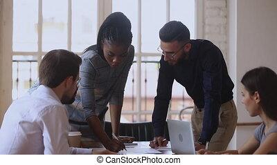 divers, business, briefing, paperasserie, concentré, équipe, discuter
