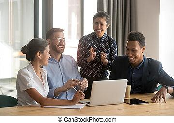 divers, heureux, ensemble, travail, ouvriers, rire, réunion équipe, bureau