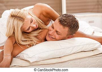 diversión, pareja, teniendo, cama