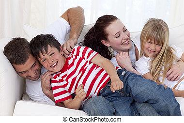 diversión, sofá, teniendo, familia , feliz