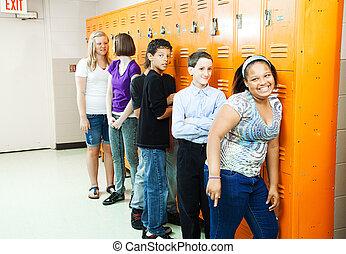diverso, estudiantes, en, armarios