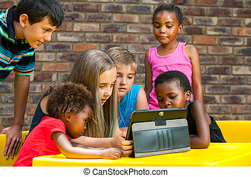 diverso, grupo crianças, olhar, tablet.