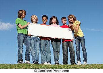 diverso, grupo, de, acampamento verão, crianças, com, sinal