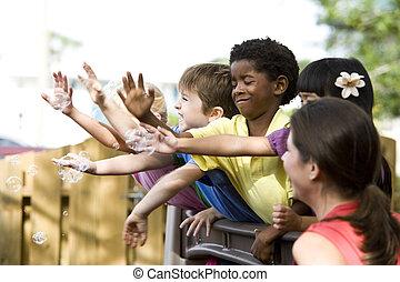 diverso, grupo, de, pré-escolar, 5, ano velho, jogar crianças, em, creche, com, professor