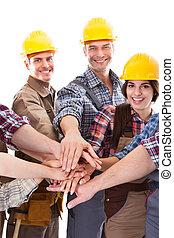 diverso, grupo, de, trabajadores construcción, manos se apilando