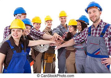 diverso, grupo, de, trabalhadores construção, empilhando...
