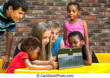 diverso, grupo niños, el mirar, tablet.