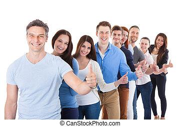 diverso, grupo pessoas, ficar, em, fila