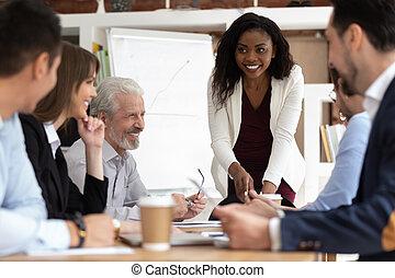 diverso, mujer de negocios, recolectado junto, businesspeople, africano, negociaciones, plomo