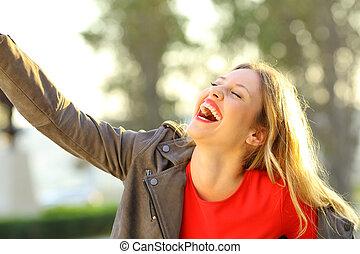 divertente, donna, ridere, e, scherzare, in, uno, parco