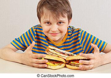 divertente, panino, camicia, ragazzo, fondo, tavola, bianco, strisce, hamburger
