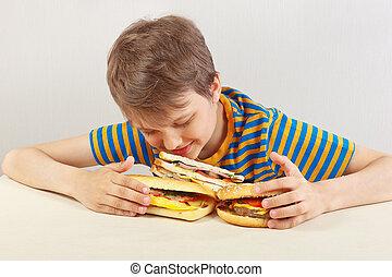 divertente, panino, camicia, ragazzo, giovane, fondo, tavola, bianco, strisce, hamburger