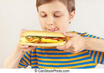 divertente, piccolo ragazzo, cheeseburger, leccato, fondo, bianco