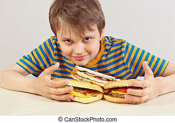divertente, poco, panino, camicia, ragazzo, fondo, tavola, bianco, strisce, hamburger