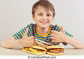 divertente, poco, recommends, camicia, ragazzo, panino, fondo, tavola, bianco, strisce, hamburger
