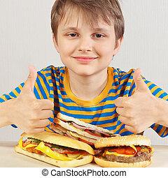 divertente, recommends, camicia, ragazzo, giovane, panino, fondo, tavola, bianco, strisce, hamburger