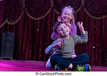 divertido, dos niños, actuación, monstruos, etapa