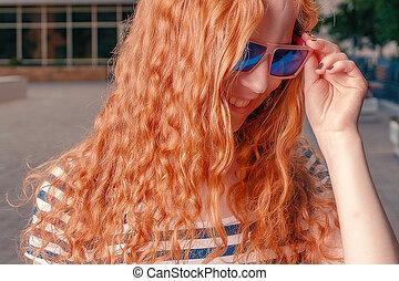 divertido, gafas de sol, haired, lejos, jengibre, mirar, niña, abajo
