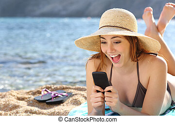 divertido, mujer, mirar, medios, teléfono, sorprendido,...