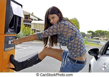 divertido, mujer, obteniendo, cajero automático, robado, caras, elaboración