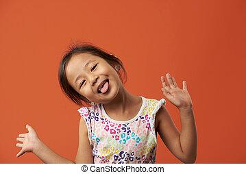 divertido, niña asiática, con, hombre fuera de lengua