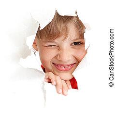 divertido, niño, con, guiño, ojo, retrato, en, papel roto, agujero, aislado