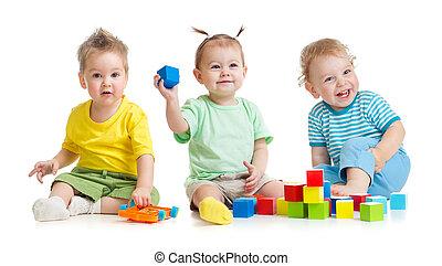 divertido, niños, grupo, juego, colorido, juguetes, aislado, blanco
