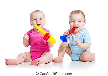 divertido, niños, niña, y, niño, juego, con, musical, toy., aislado, blanco, plano de fondo