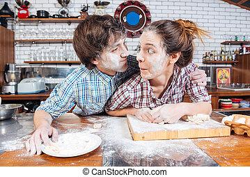 divertido, par, faces engraçadas fazendo, ligado, cozinha, junto