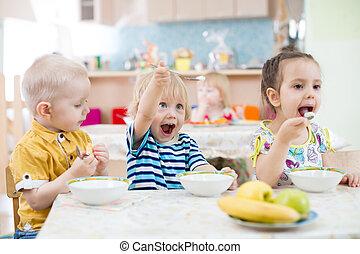 divertido, poco, niño, juego, y, comida, en, jardín de la infancia