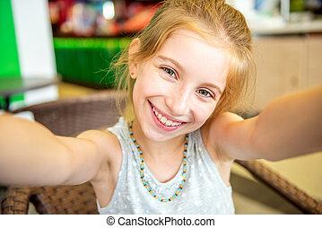 divertido, poco, selfie, muchacha que sonríe