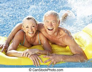 divertimento, coppia, anziano, stagno, detenere