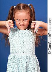 divertimento, grimacing, criança, menina, mostrando, polegar, baixo, ligado, azul, experiência., closeup, retrato
