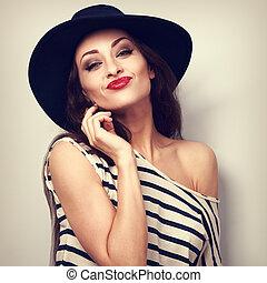 divertimento, grimacing, mulher jovem, em, chapéu, com, vermelho, lipstick., toned, vindima, luminoso, retrato