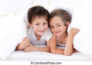 divertimento, irmãs, tendo, travesseiros