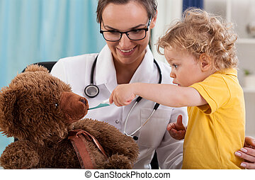 divertimento, menino, tendo, escritório, pediatrician's