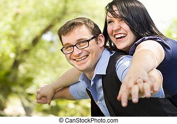 divertimento, par, parque, jovem, tendo