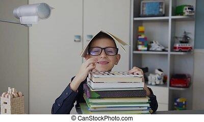 divertimento, pequeno, seu, homework., livros, muitos, segura, cabeça, óculos, um, alegre, tudo, caderno, okay., pupila, ponha, lar, mão, aluno, mostra