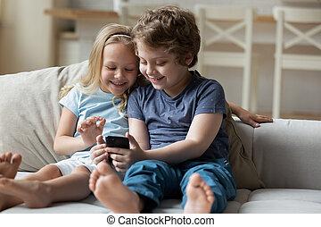 divertimento, tocando, pequeno, irmãs, ter, cellphone