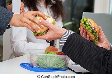 dividir, trabajo, almuerzo, con, socios